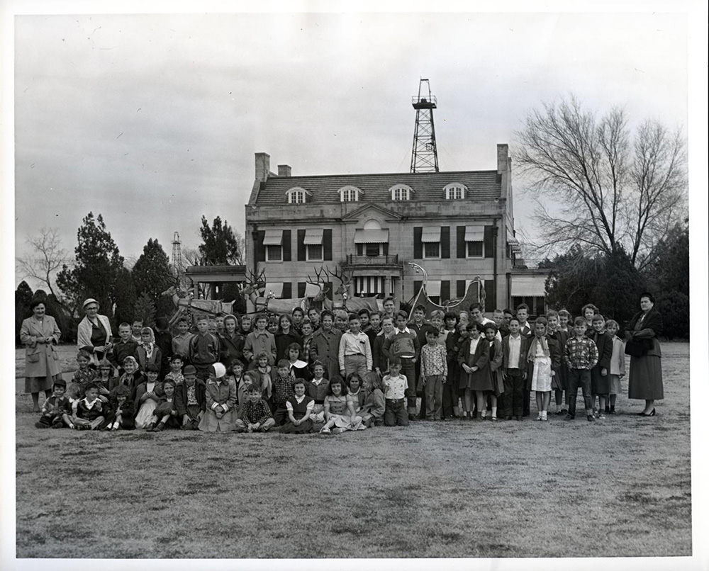 1953- Students visit the Mansion